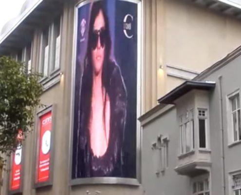 светодиодный медиаэкран на фасаде здания