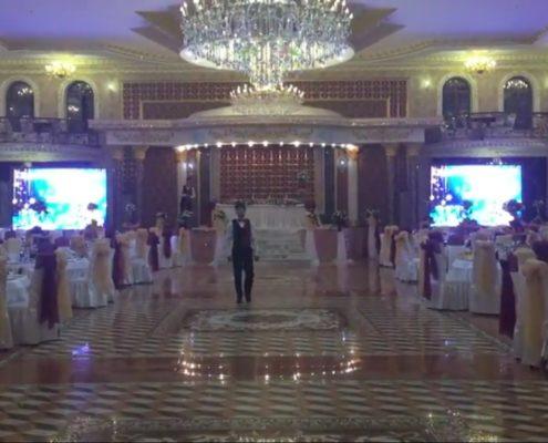 большой медиаэкран транслирует ролик на свадьбе