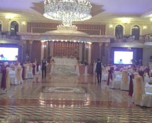 большой медиаэкран на свадьбе