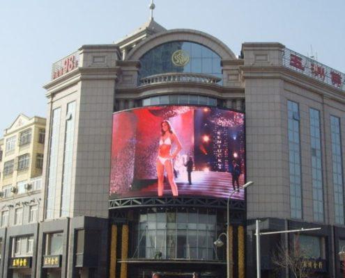 большой наружный led экран на фасаде торгового центра